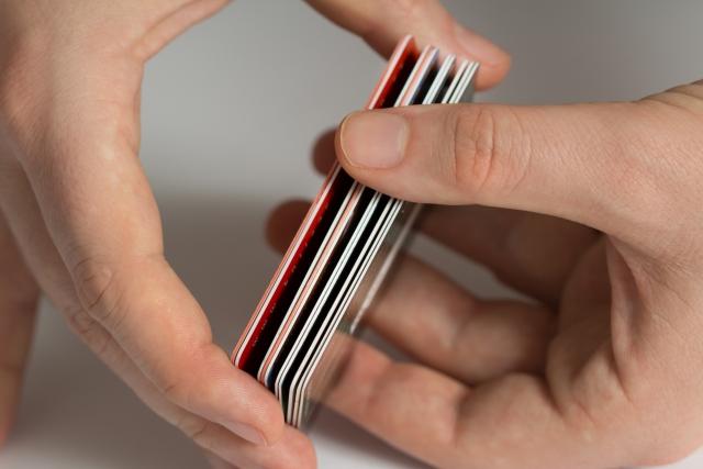 ICカードを2枚重ねて持つのはNG? 写真イメージ